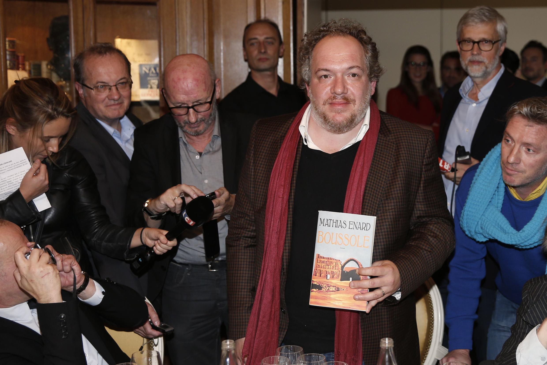 """O escritor francês Mathias Enard, com seu livro premiado pelo prêmio Goncourt,""""Boussole"""", nesta terça-feira (3) em Paris."""