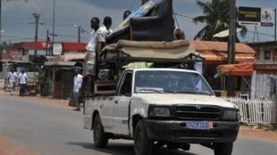 Des habitants d'Abidjan quittent le quartier d'Abobo, théâtre de combats depuis plusieurs jours, le 13 mars 2011.