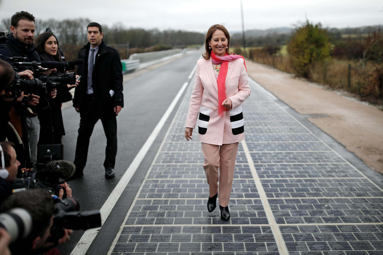 Французский министр экологии Сеголен Руаяль шагает по первой в мире «солнечной дороге». Турувр. 22.12.2016