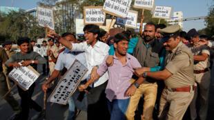 Un policier tente d'arrêter un jeune membre de la communauté rajput lors d'une manifestation contre la sortie du film Padmaavat, le 24 janvier.
