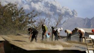Los habitantes de poblaciones cercanas al Calbuco limpian las cenizas volcánicas en sus hogares, 24 de abril de 2015..
