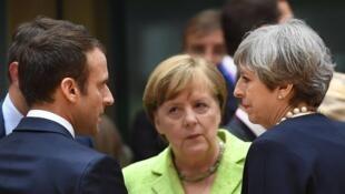امانوئل ماکرون رئیس جمهور فرانسه، آنگلا مرکل صدر اعظم آلمان و ترزا مِی نخست وزیر انگلیس، در گفتگوی تلفنی روز یکشنبه ٩ اردیبهشت/ ٢٩ آوریل  ٢٠۱٨، بر لزوم آمادگی اتحادیه اروپا در قبال سیاستهای تجاری آمریکا تأکید کردند. (عکس تزئینی است)