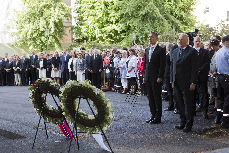 Primeiro-ministro norueguês Jens Stoltenberg e rei Harald (d) durante cerimônia em homenagem às vítimas.