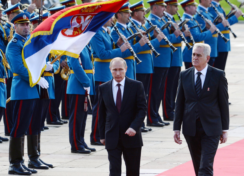Le président serbe Tomislav Nikolic (d.) reçoit son homologue russe Vladimir Poutine à Belgrade, le 16 octobre 2014.