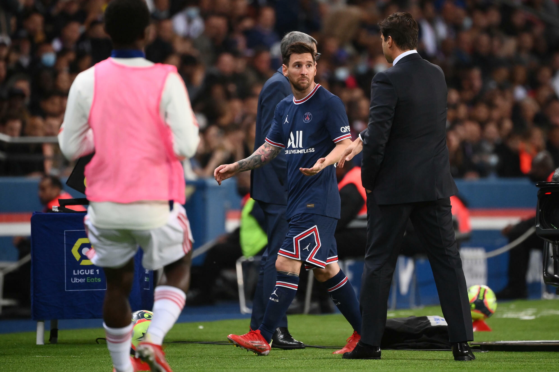 La moue de Lionel Messi après son remplacement par le coach du PSG Mauricio Pochettino contre Lyon au Parc des Princes, le 19 septembre 2021