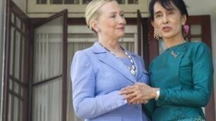 La secrétaire d'Etat américaine Hillary Clinton et l'opposante birmane Aung San Suu Kyi à Rangoon le 2 décembre 2011.
