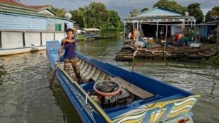 Des pêcheurs du Tonle Sap au Cambodge, font face à un niveau extrêmement bas du lac en 2019.