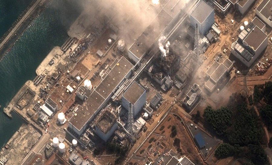 Le reacteur n°3 de la centrale nucléaire de Fukushima à Minamisama  brûlant après une explosion. Image satellitaire du 14 mars 2011.