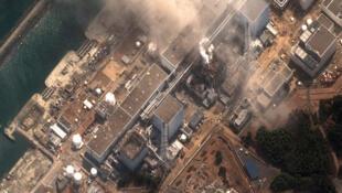 Le reacteur numéro 3 de la centrale nucléaire de Fukushima à Minamisama en feu après une explosion. Image satellitaire du 14 mars 2011.