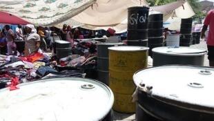 C'est au marché Sucupira à Praia que travaillent les rabidenti qui importent leurs marchandises de toute la planète dans des futs en métal.