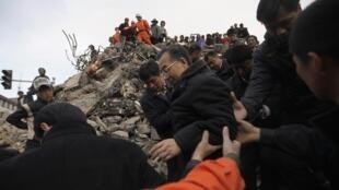 Le Premier ministre Wen Jabao (au centre) durant sa visite à Jiegu, une ville de la province de Qinghai touchée par le tremblement de terre, le 15 avril 2010.