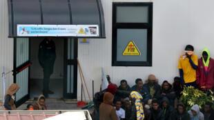 Imigrantes no Centro de Permanência Temporária (CPT), um campo de refugiados em Lampedusa. 15/02/17