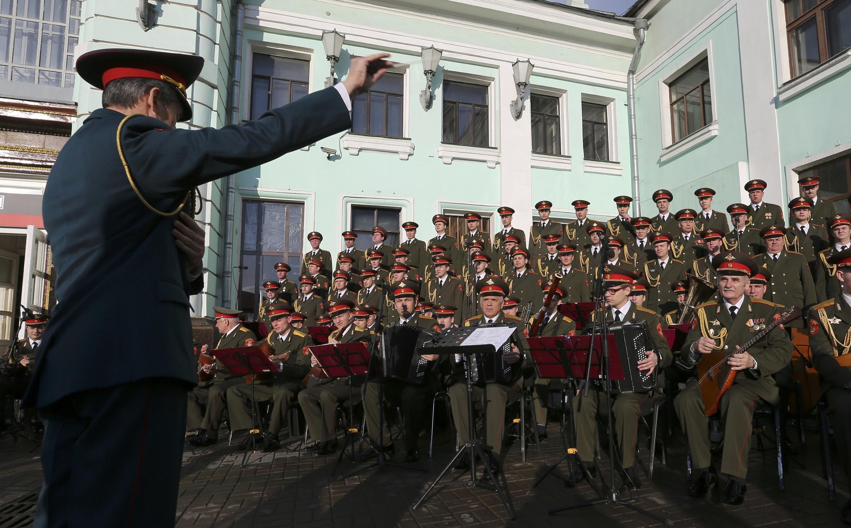 Ансамбль песни и пляски российской армии имени Александрова выступает в Москве, апрель 2016 г.