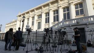 Jornalistas aguardam fora do tribunal onde Abdelkader Merah será julgado nesta segunda-feira, em Paris.