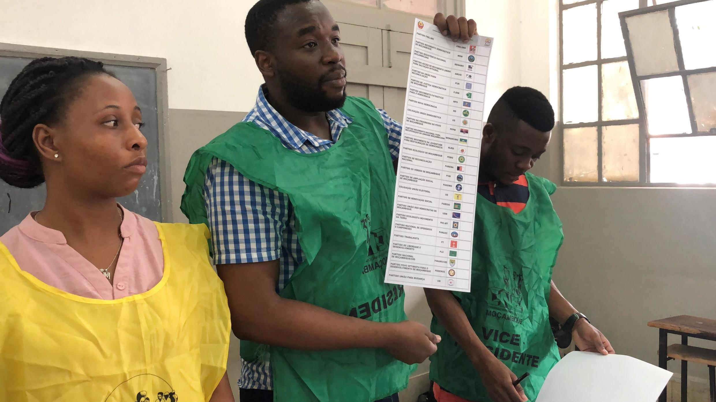 Mesa de voto hoje em Maputo, durante as eleições gerais moçambicanas neste 15 de Outubro.