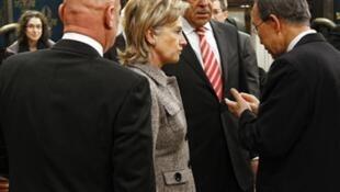 Hillary Clinton (kushoto) waziri wa mambo ya nje wa Marekani, Sergey Lavrov (katikati) waziri wa mambo ya nje wa Urusi wakizungumza na katibu mkuu wa Umoja wa Mataifa Ban Ki Moon (Kulia)