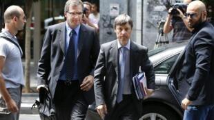 Representantes do Banco Central Europeu, Klaus Masuch (à esq.) e da Comissão Europeia, Matthias Mors (à dir.) chegam para reunião no Ministério das Finanças, em Atenas, em 02 de agosto.