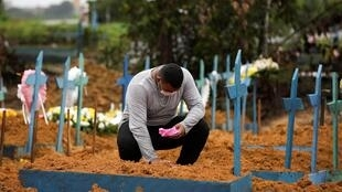 Một cư dân thành phố Manaus, Brazil, bên phần mộ bà, qua đời vì  nhiễm virus corona, ngày 06/05/2020.