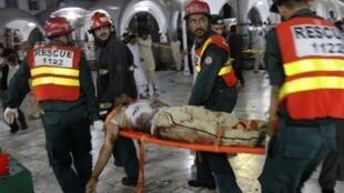 Lực lượng cứu hộ tại hiện trường vụ đánh bom tối 1/7/2010