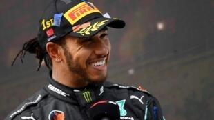 Lewis Hamilton ríe durante una entrevista tras su victoria en el último Gran Premio de Turquía de Fórmula 1, el 15 de noviembre de 2020 en el circuito de Estambul