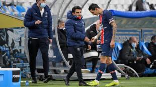 Le milieu argentin du Paris Saint-Germain, Angel Di Maria, quitte le terrain sur blessure, lors du match de L1 contre Marseille, le 7 février 2021 au stade Vélodrome