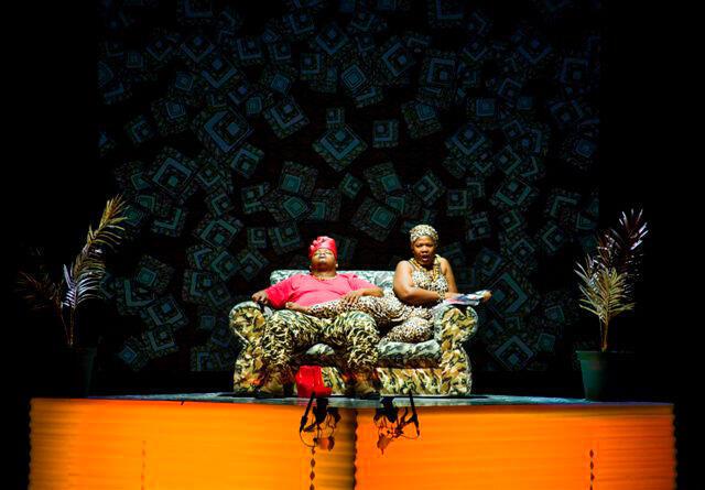 Scène de l'opéra-théâtre Macbeth de Brett Bailey, avec Owen Metsileng dans le rôle de Macbeth et Nobulumko Mngxekeza qui incarne Lady Macbeth.