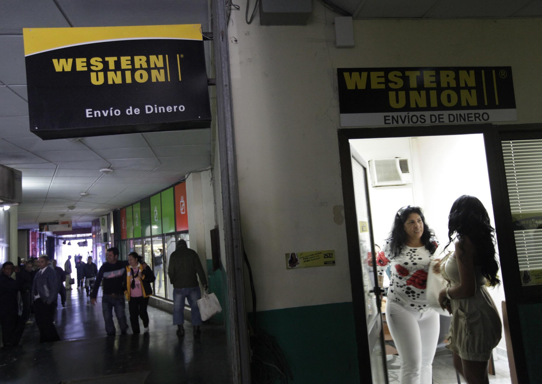 Dos mujeres entran en una oficina de Western Union de La Habana el 28 de diciembre de 2010.