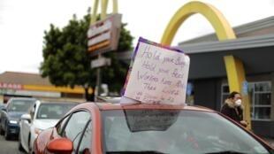 Des employés d'un McDonald's de Los Angeles en grève, le 6 avril 2020.