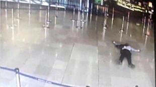 O homem que foi morto neste sábado (18) depois de atacar militares no terminal internacional do aeroporto de Orly