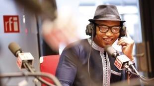 L'attaquant sénégalais El Hadji Diouf, pendant l'une des émissions Radio foot internationale.