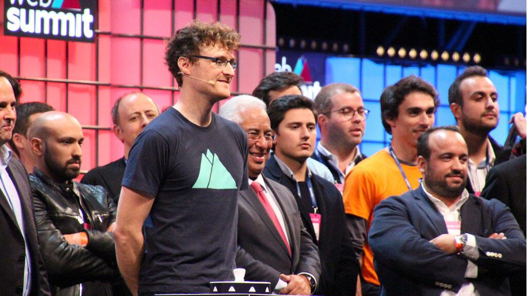 Le PDG du Web Summit, Paddy Cosgrave (en t-shirt au centre), donne le coup d'envoi de l'édition 2018 à l'Altice Arena de Lisbonne, le 5 novembre 2018.