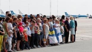 Familiares de prisioneros ucranianos que hacen parte del intercambio de prsioneros entre KIev y Moscú, esperan en el aeropuerto internacional de Borispil, a las afueras de Kiev. Ucrania septiembre 7, 2019