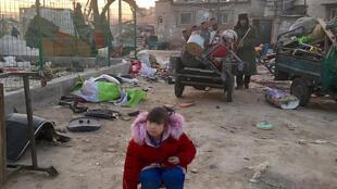 La petite Xiao Xiao, 8 ans, est évincée de force avec ses parents, des travailleurs pauvres.