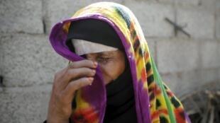 Une femme pleure après un raid de la coalition menée par l'Arabie saoudite qui a détruit sa maison à Sanaa, au Yémen, le 25 février 2016.
