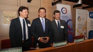 Eric Dubesset, profesor del Centro de Investigaciones Políticas Montesquieu (der.), Hugo Martínez Bonilla, ministro de Relaciones Exteriores de El Salvador (centro), y Carlos Quenan, vicepresidente del Instituto de las Américas. París, 1 de junio de 2017.