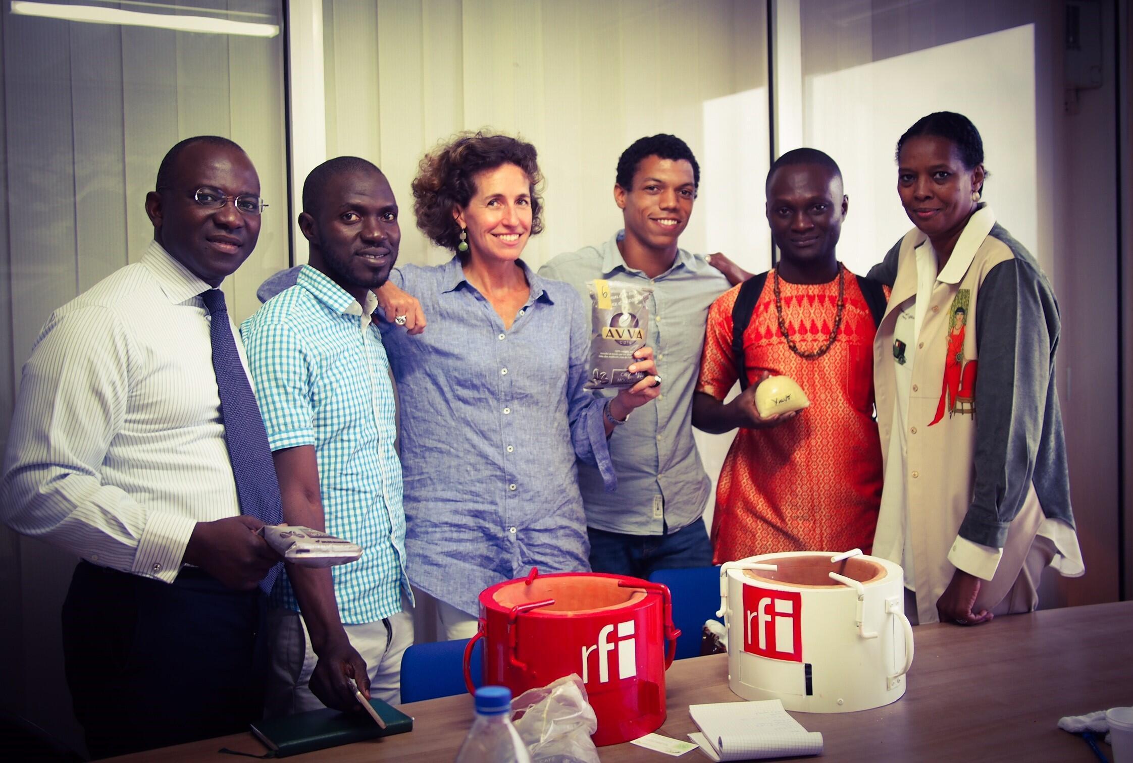 Didier Acouetey et Emmanuelle Bastide avec leurs invités à Abidjan.
