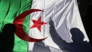 Un drapeau lors d'une manifestation contre le régime à Alger, le 24 décembre 2019.