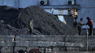 圖為朝鮮煤炭碼頭裝運照片