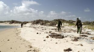 Policiais quenianos fazem ronda ao norte da cidade de Lamu.