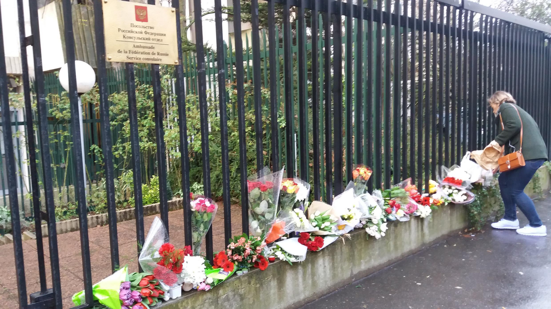 Цветы и мягкие игрушки возле здания российского посольства в Париже в память о погибших в Кемерове