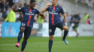Serge Aurier y Layvin Kurzawa celebran un gol del PSG ante Nantes, este 26 de septiembre en Nantes.
