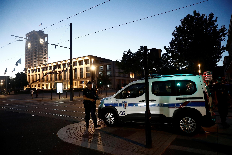 Polícia patrulha à distância agência bancária onde homem armado manteve seis pessoas como reféns durante seis horas.