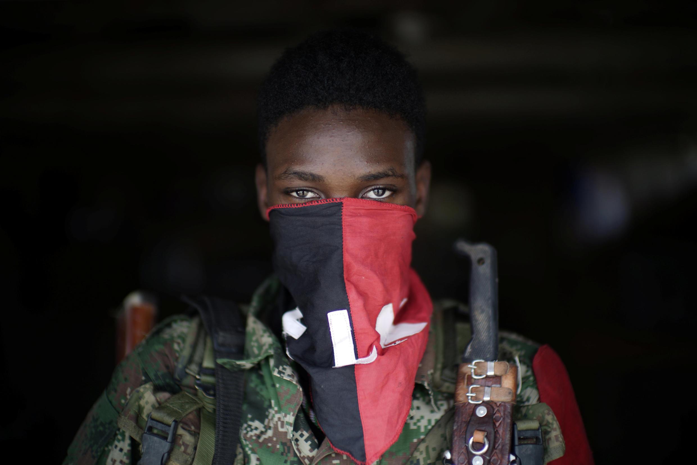 Un rebelde del Ejército de Liberación Nacional (ELN) de orientación marxista-leninista,  posando en el noroeste de la selva colombiana, agosto 31, 2017.