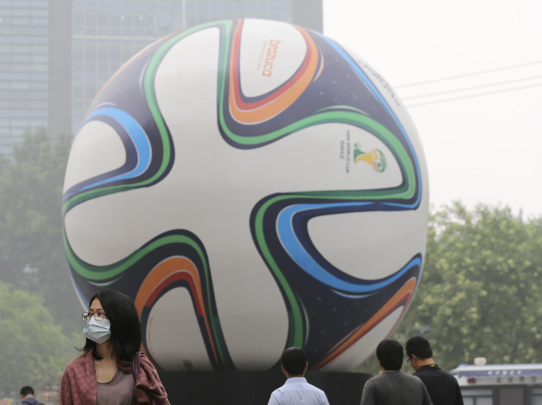 Một ngày ô nhiễm tại Bắc Kinh, rất dễ nghỉ bệnh mùa World Cup. Ảnh ngày 03/07/2014