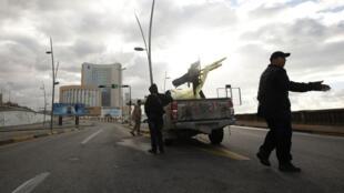 Un véhicule des forces de sécurité à proximité de l'hôtel Corinthia, à Tripoli, le 27 janvier 2015.