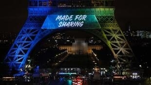 """برج ایفل  به رنگ رسمی پاریس با شعار """" made for Sharing """" جهت نامزدی این شهر برای میزبانی بازیهای المپیک تابستانی سال  ۲۰۲۴"""