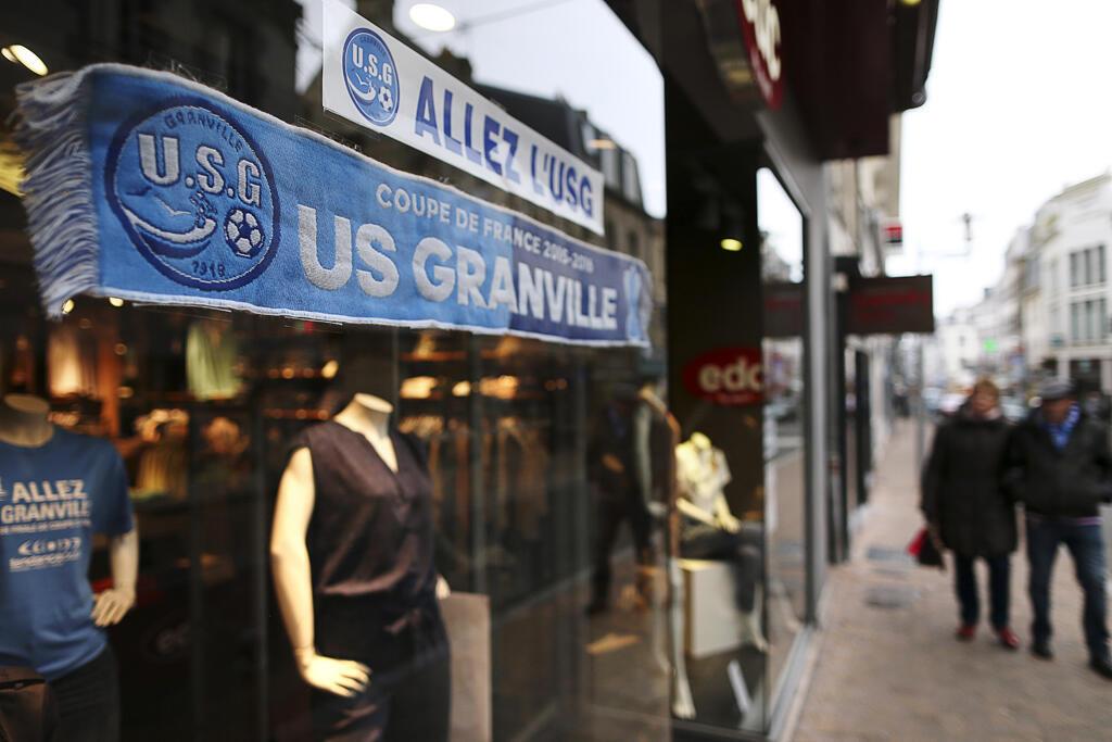 Le 29 février, à Granville, les magasins encouragent leur équipes pour les quarts de finale de la Coupe de France du 3 mars 2016.