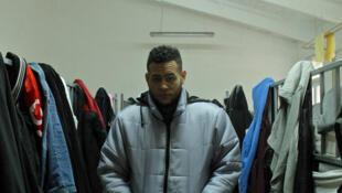 Luis, un des rares migrants cubains, dans le centre d'Obrenovac près de Belgrade.