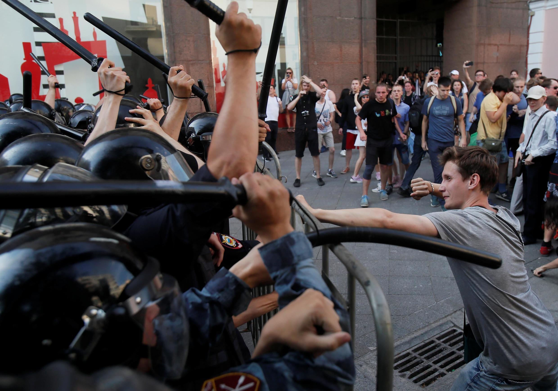 Cảnh sát đụng độ với người biểu tình tại Matxcơva, 27/07/2019.