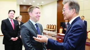 前美国国安委官员博明与韩国总统文在寅资料图片